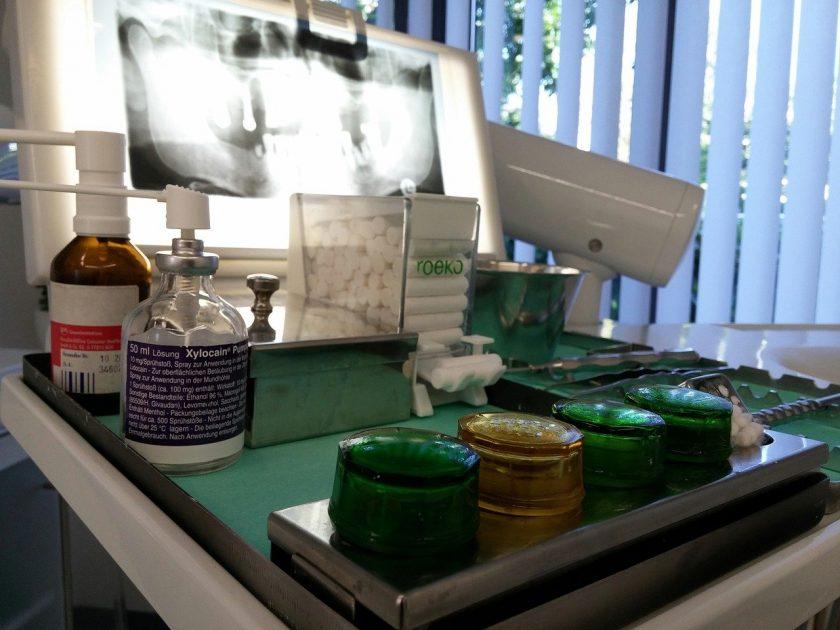 Afra bang voor tandarts